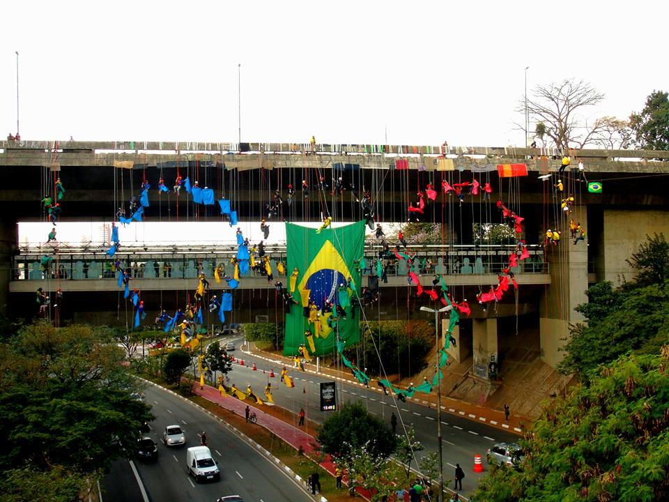 Praticantes de Rapel criam o símbolo olímpico no Viaduto do Sumaré em São Paulo.