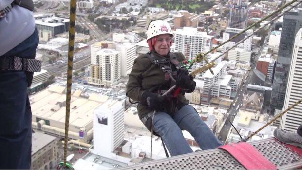 Super Vovós efetuam descenso em prédio de 51 andares para arrecadar dinheiro para caridade
